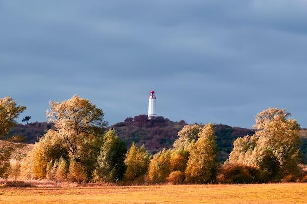 ドイツのヒデンゼー島バルト海にある白い灯台dornbusch。