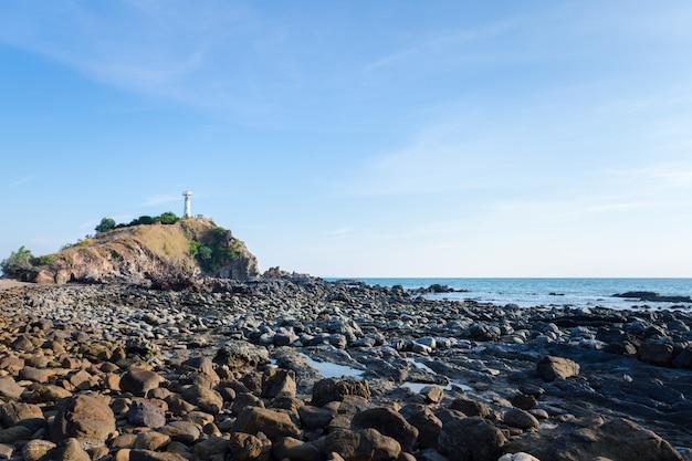タイ南部のクラビのランタノイ島の崖の上の白い灯台