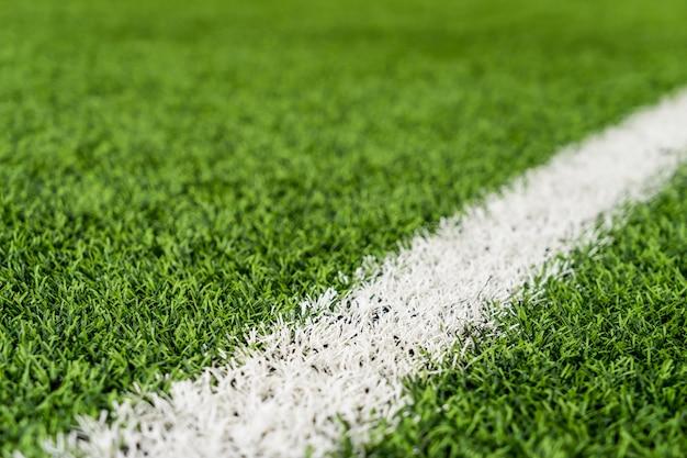 緑色の芝生の上に白い線スポーツコンセプトのスポーツフィールド