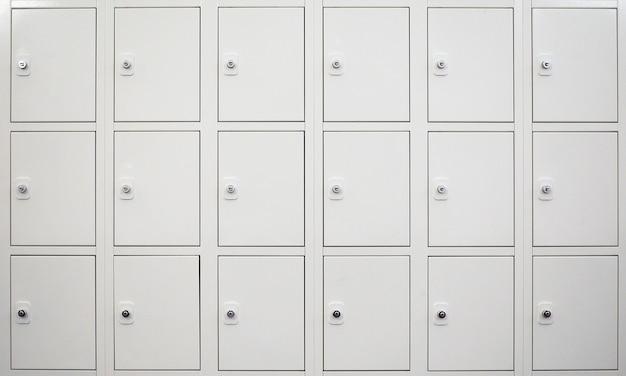 Белый шкаф для раздевалок