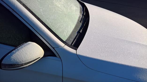 凍った窓が付いている白い機械