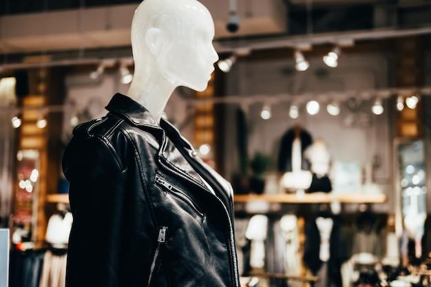 ファッション店の黒い革のジャケットの白いマネキン、選択的な焦点。