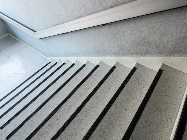 금속 손잡이와 흰색 대리석 패턴 계단입니다.