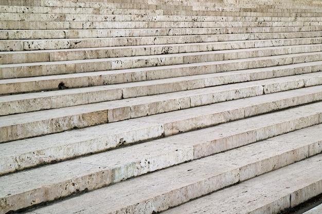 빈티지 건물의 입구로 이어지는 흰색 대리석 계단
