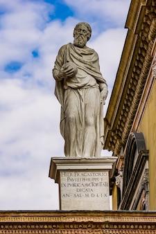 Белая мраморная статуя джироламо фракасторо (1476-1553), врача, философа, астронома и географа на площади синьори в вероне, италия