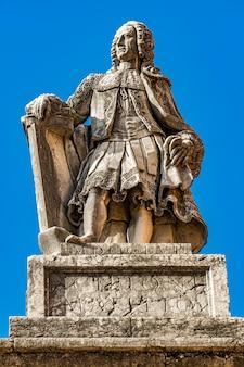 Белая мраморная статуя сципиона франческо маффеи (1675-1755), историка, драматурга и итальянского эрудита в вероне, италия