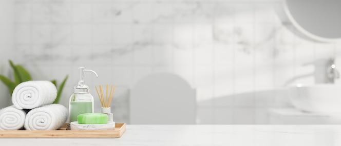 Белая мраморная столешница с полотенцем для рук, мыло, шампунь, ароматический диффузор и место для макета над ванной