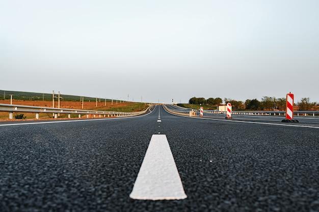 高速道路のアスファルト道路の白いマーキングライン