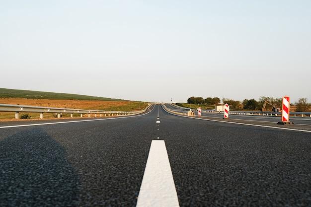 Белая линия разметки на асфальтовой дороге на шоссе