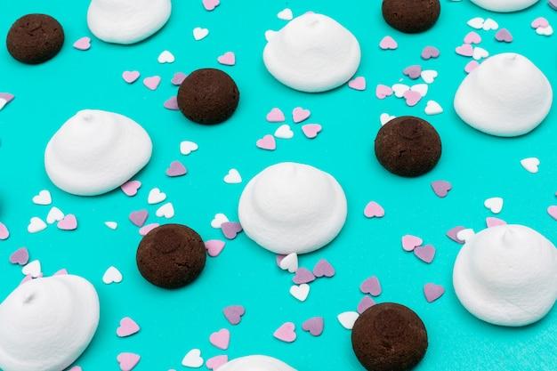 白いマシュマロと青い表面にチョコレートクッキー
