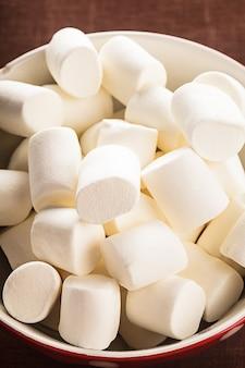 그릇에 흰색 마시멜로를 닫습니다.