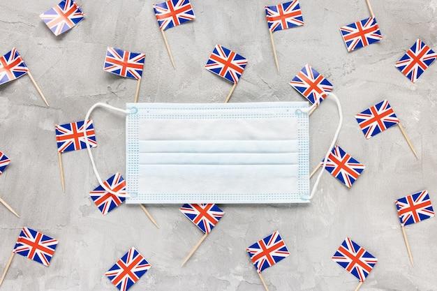 Белые медицинские маски для лица и флаги великобритании