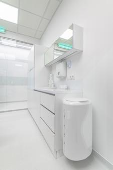歯科医院の白い医療用家具