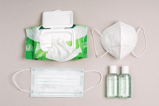 항균 물티슈, 소독제 스프레이, 손 소독제가 있는 흰색 의료 마스크와 호흡기. 바이러스, 독감, 코로나바이러스, covid-19 보호용 개인 위생 제품