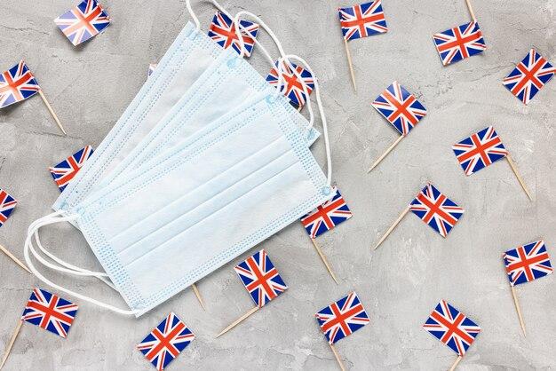 Белые медицинские маски для рта и флаги соединенного королевства