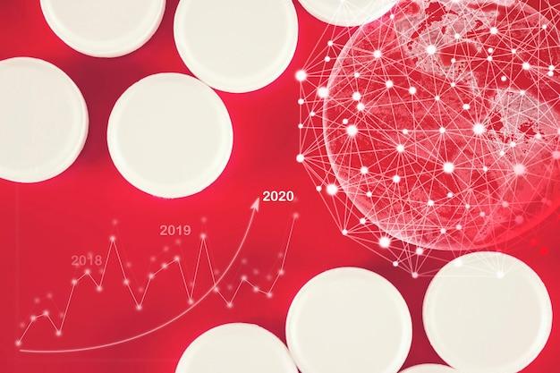 白い薬の丸薬は、赤い背景の上に、仮想ホログラム地球、統計、グラフ、チャートで横たわっています。医学、薬局、ヘルスケア。テキスト用の空のスペース。