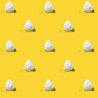 Белый респиратор медицины kn95 маска бесшовные модели на желтом