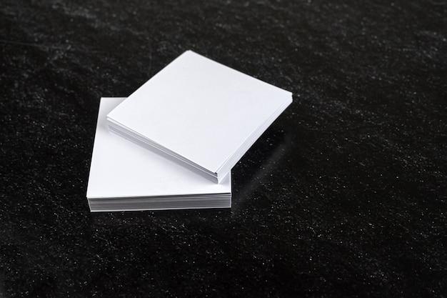 暗い背景に白のメモ用紙