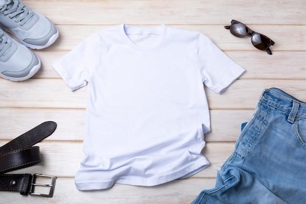 Белая мужская хлопковая футболка с синими джинсами, поясом, солнцезащитными очками. дизайн шаблона футболки, макет презентации с принтом футболки