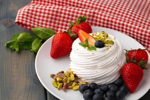 皿に白いメレンゲのケーキをテーブルに添えて