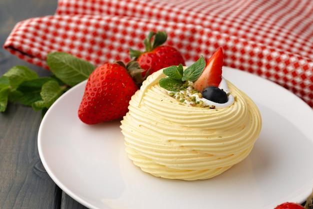 테이블에 제공 접시에 흰색 머랭 케이크