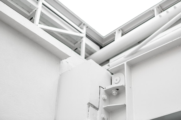 Edificio e tubi metallici bianchi