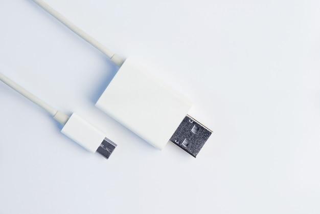 Белые кабели micro usb на белой предпосылке.