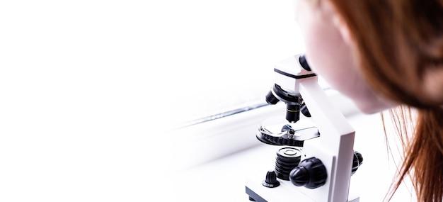 テーブルの上の白い顕微鏡医学の科学実験室のテストサンプル