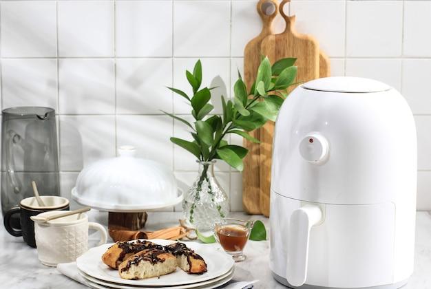 주방에서 건강한 요리를 위한 화이트 미니 에어프라이어