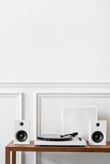 スピーカー付きの白いミニマルビニールレコードプレーヤー