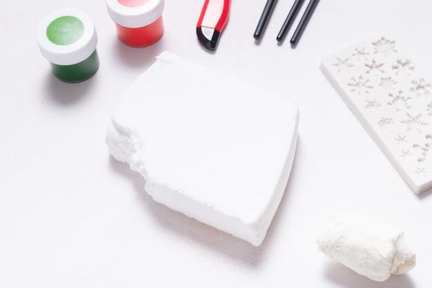 나무 테이블에 취미와 공예를 위한 흰색 모델링 부드러운 점토