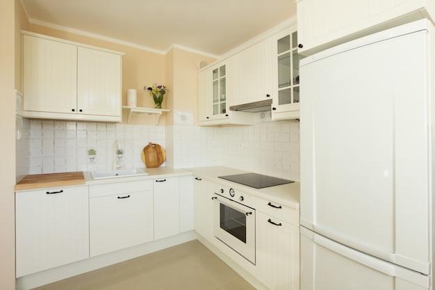 Белая современная кухня в античном стиле рустик.