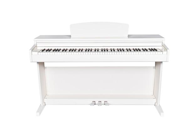 흰색 배경에 고립 된 흰색 현대 피아노