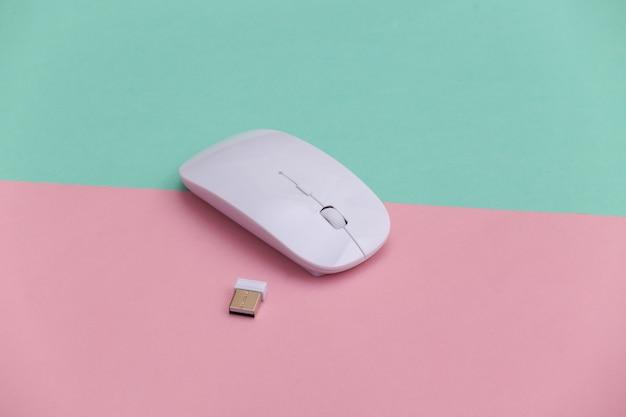 ピンクブルーの背景に白のモダンなワイヤレスpcマウス。