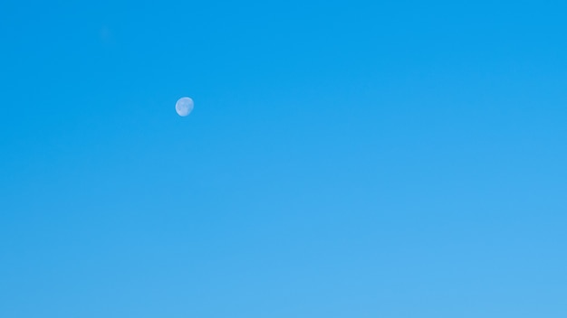 白い月と青い朝の澄んだ空。