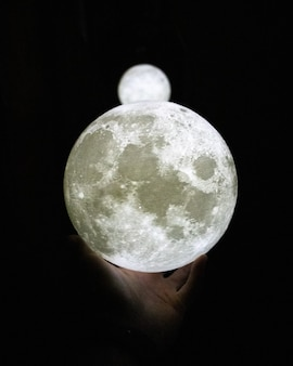 手に白い月