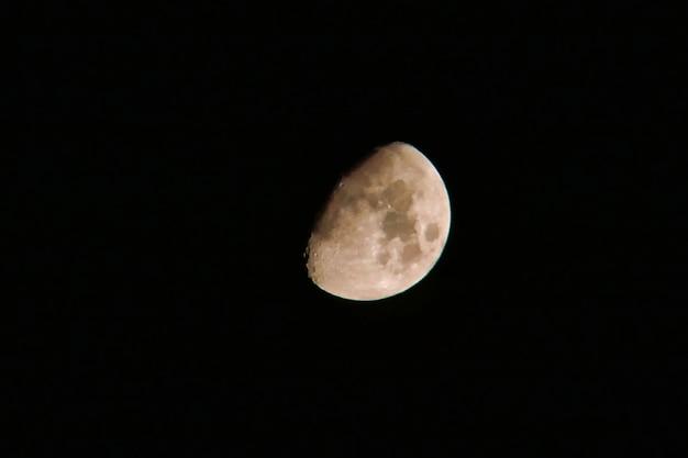 暗闇の中で白い月