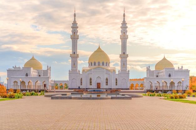 白いモスクをクローズアップ。