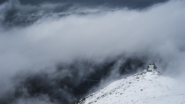 昼間の白い雲の下の白い山