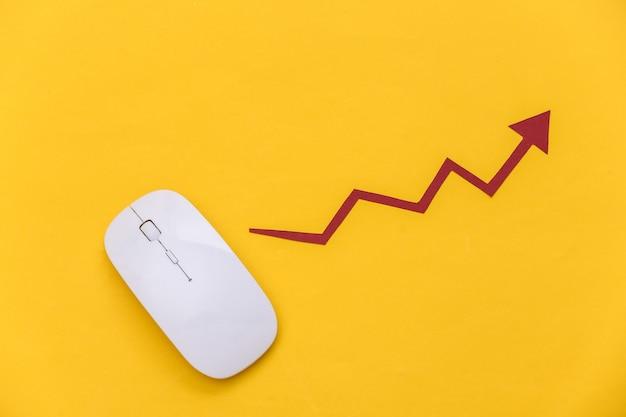 노란색 배경에 상승 화살표가 있는 흰색 마우스. 온라인 비즈니스, 거래. 평면도. 플랫 레이
