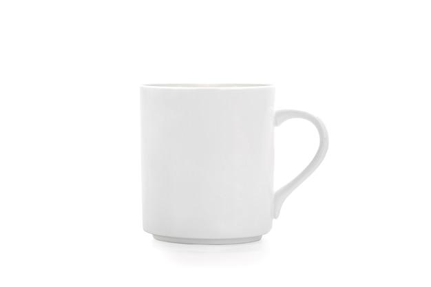 白い背景のコピースペースで隔離の白いマグカップ