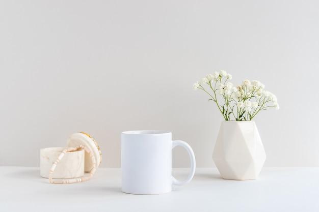 대리석 보석 상자, 베이지색 꽃병, 석고소필라 가지가 있는 흰색 머그컵