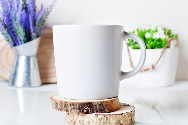 木製のコースターに白いマグカップ。