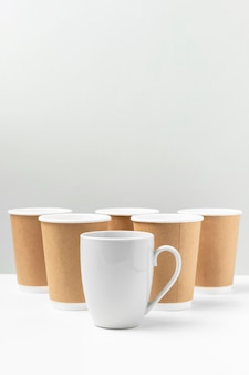 Tazza bianca e bicchieri di carta