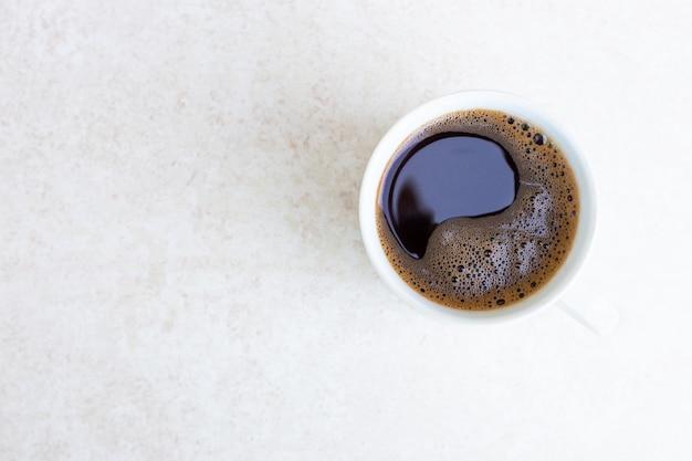コピースペースの上面図の朝とライトテーブルの表面に淹れたてのコーヒーと白いマグカップ
