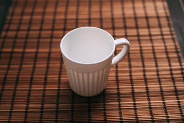 ドリンクセラミックカフェのテーブルの上の白いマグカップ