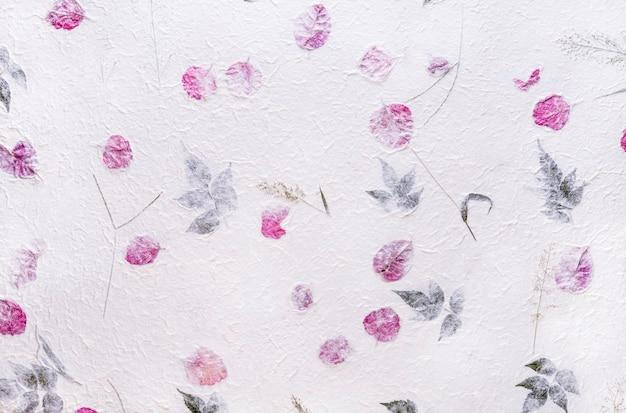В качестве фона использована белая тутовая бумага с фактурой цветов и листвы.