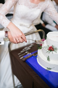 花の装飾が施された白いマルチレベルのウエディングケーキ