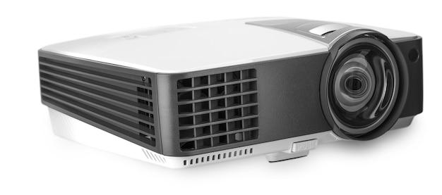 Белый мультимедийный проектор на белом фоне.