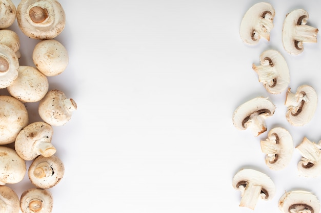 白い床に白いキノコの新鮮なシャンピニオン